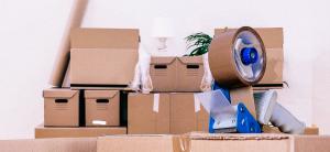 Boîtes de déménagement empilées et rouleau de ruban adhésif