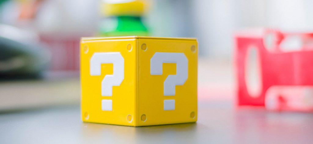 Bloc de jeux vidéo, Cube jaune avec points d'interrogation blancs sur les surfaces