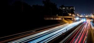 photographie en accéléré des feux de véhicules sur une autoroute. time lapse photography of vehicle lights on an highway.
