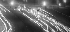 photographie en accéléré des feux de véhicules sur une autoroute (noir et blanc). time lapse photography of vehicle lights on an highway (black and white).